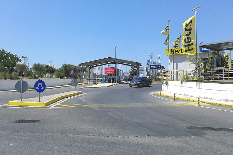 Parkplatz-Einfahrt und Tor